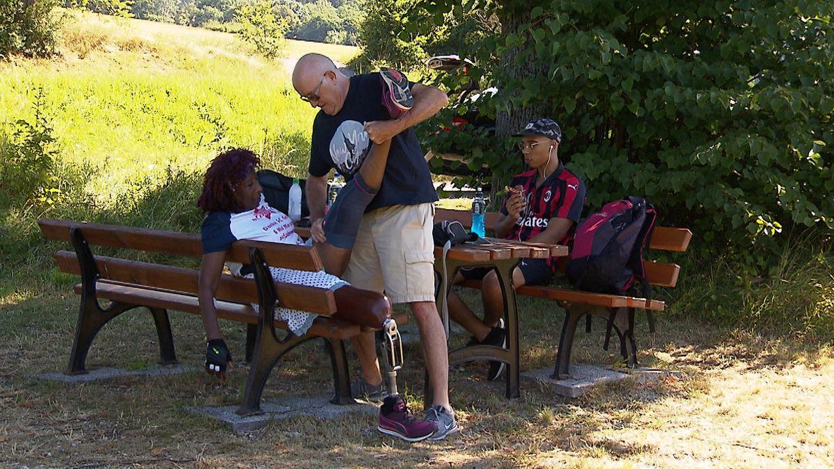 Herbert Noppeney dehnt das Bein seiner Frau auf einer Parkbank