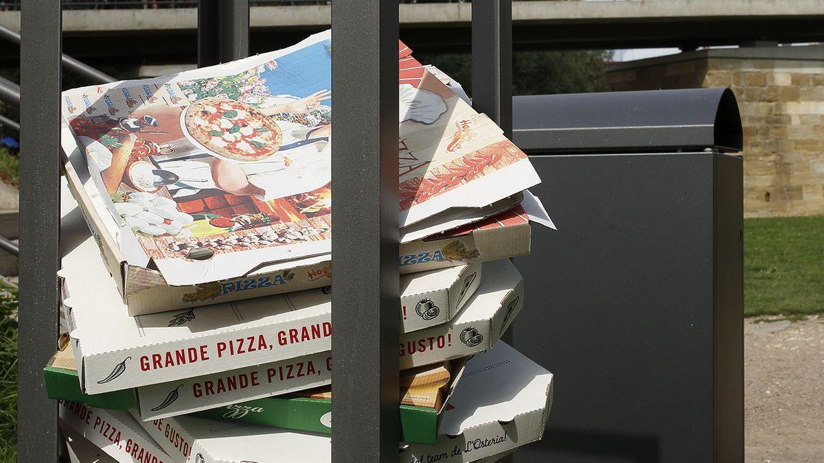 Abgelagerte Pizza-Kartons im öffentlichen Raum