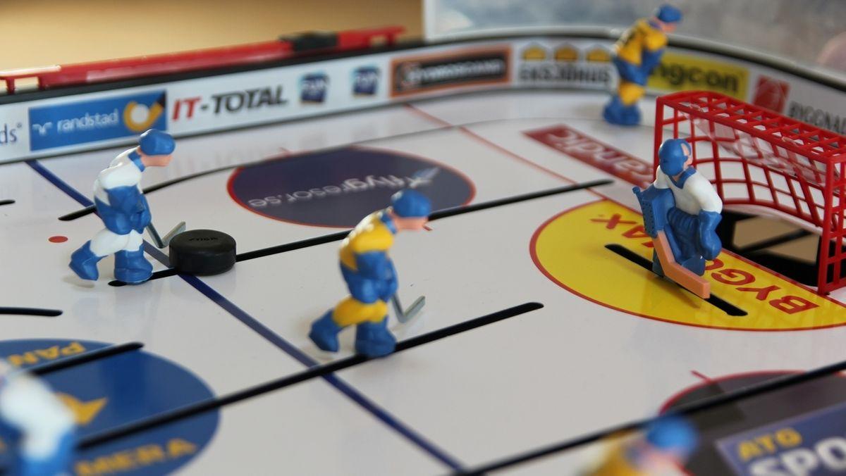 Tischeishockey-Figuren auf einem Spielfeld