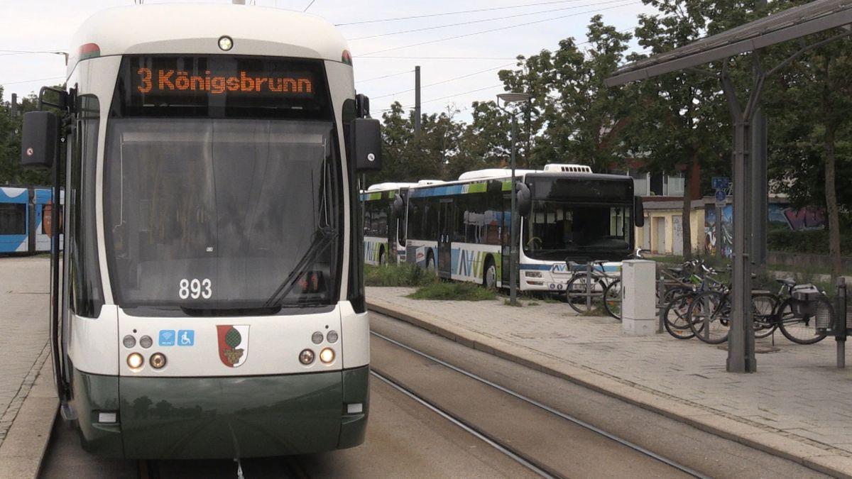 """Straßenbahn an der Haltestelle """"Haunstetten West P+R"""" in Augsburg mit der Aufschrift """"3 Königsbrunn"""""""