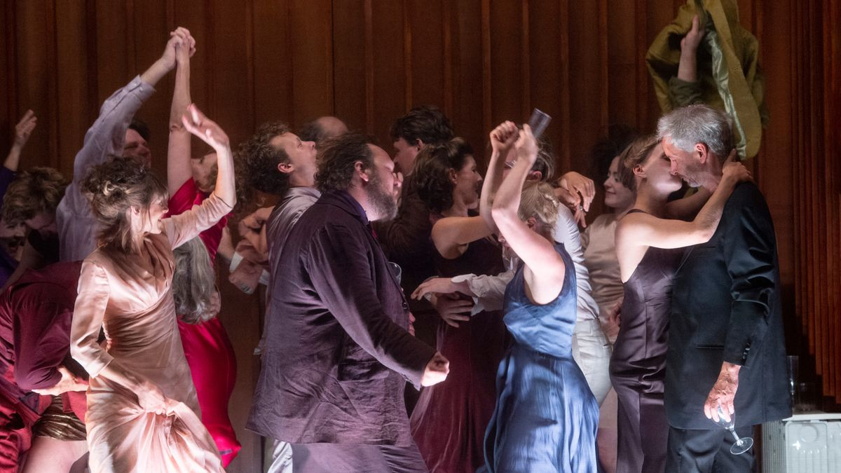 Tanzszene auf der Bühne: Menschen feiern ausgelassen bei einem Fest