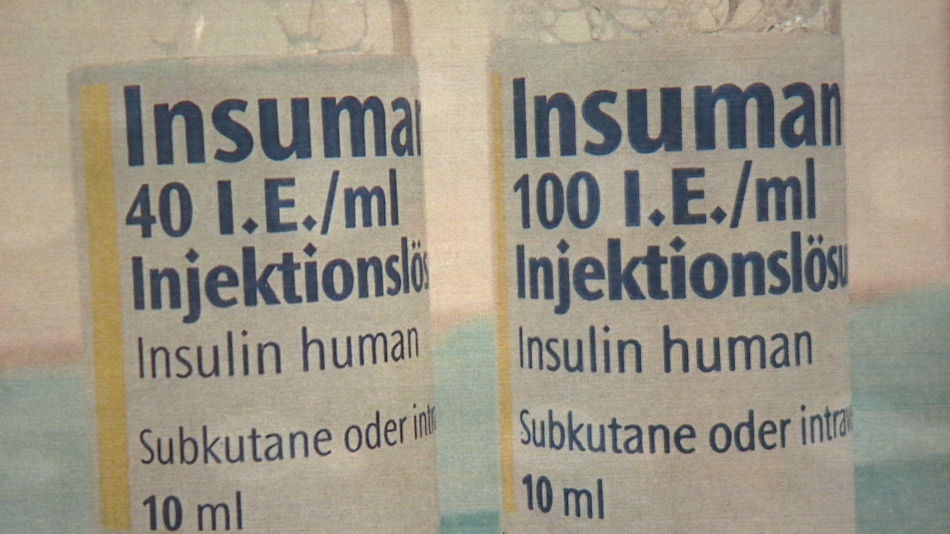 Zwei Fläschchen einer Insulin-Injektionslösung mit unterschiedlicher Wirkstoff-Dosis.