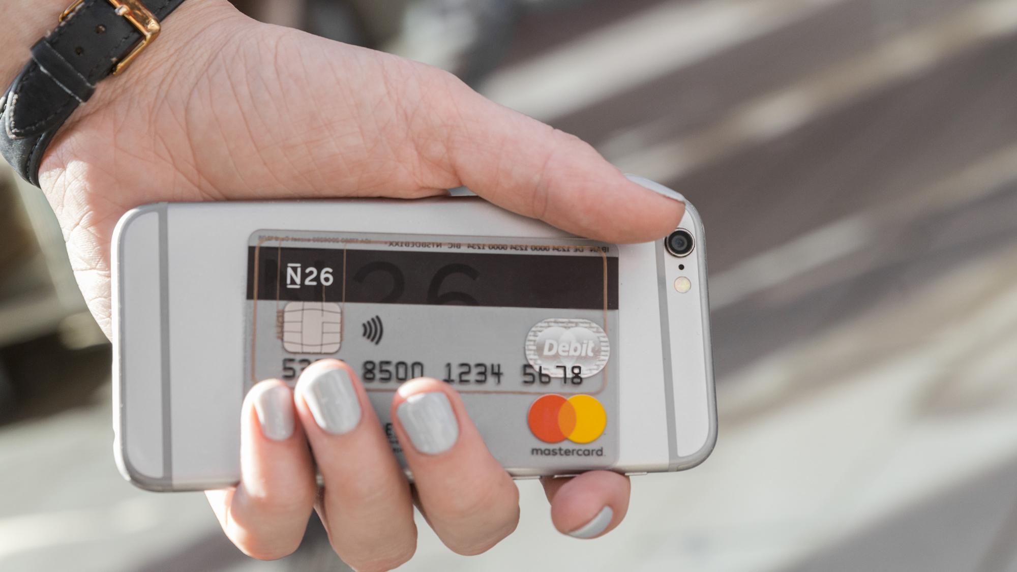 Smartphone mit Kreditkarte/N26