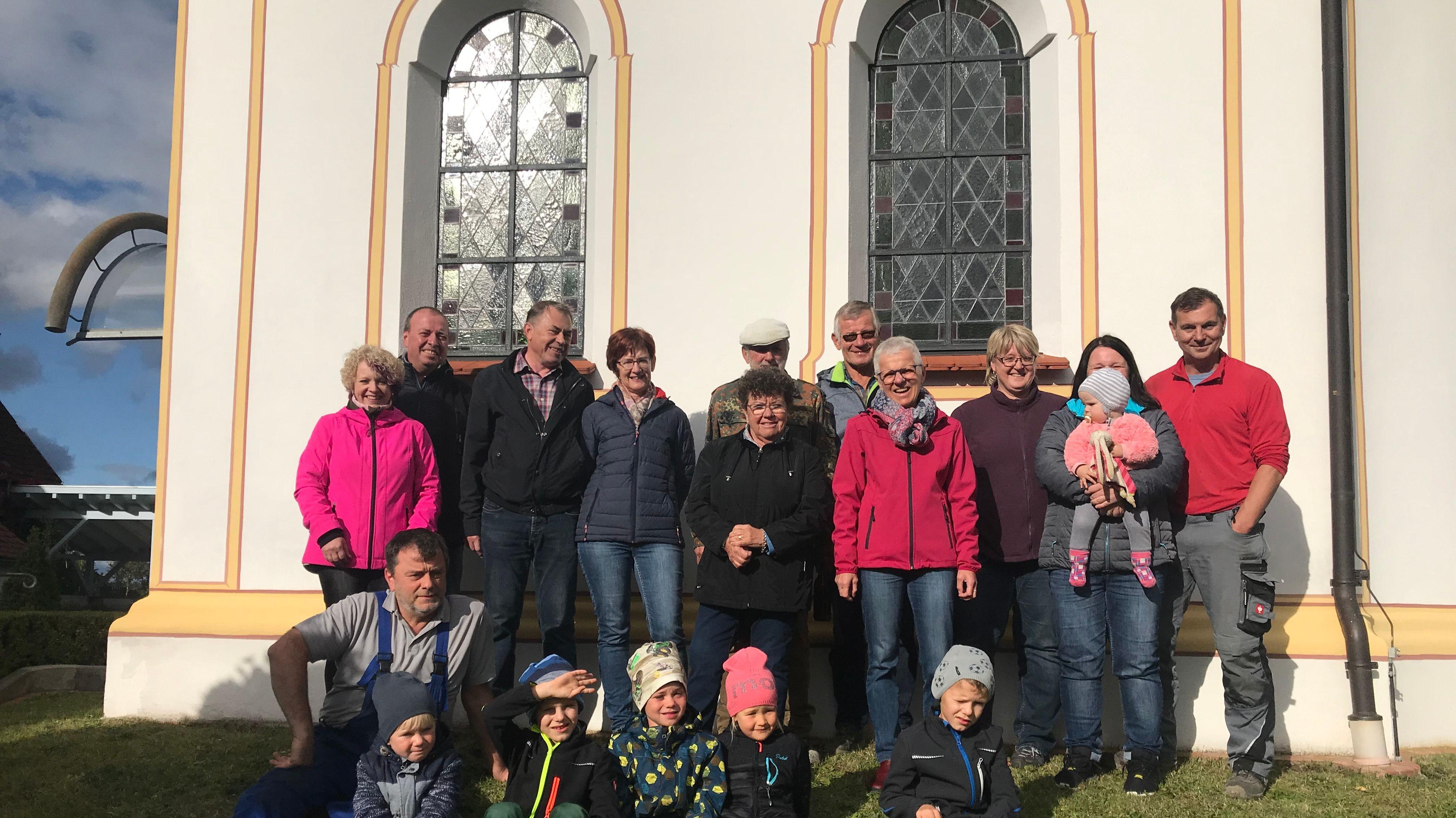 Erwachsene und Kinder vor der St. Franziskus Kapelle