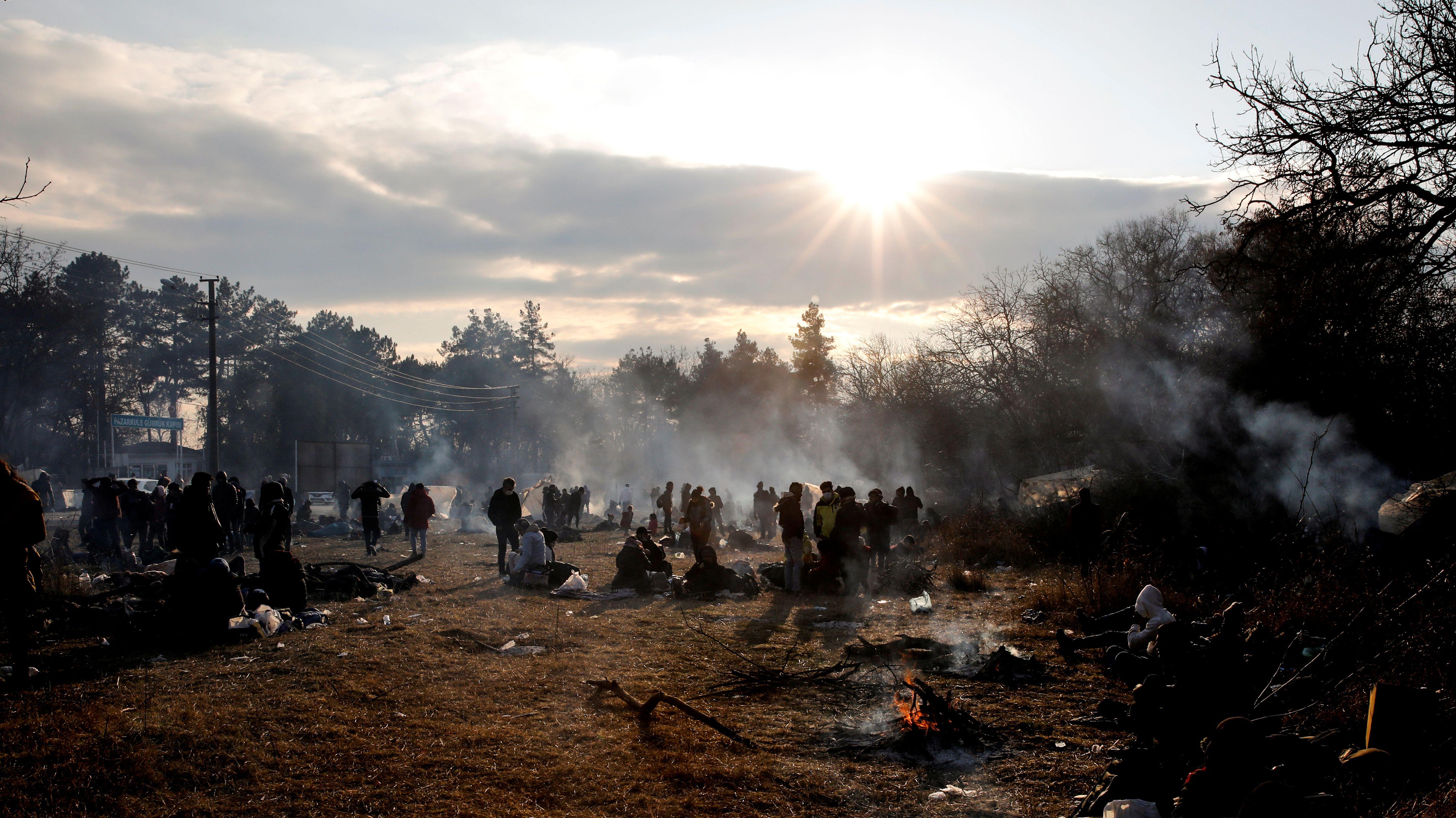 Bei eisigen Temperaturen campieren Menschen im Freien unweit der griechischen Grenze.