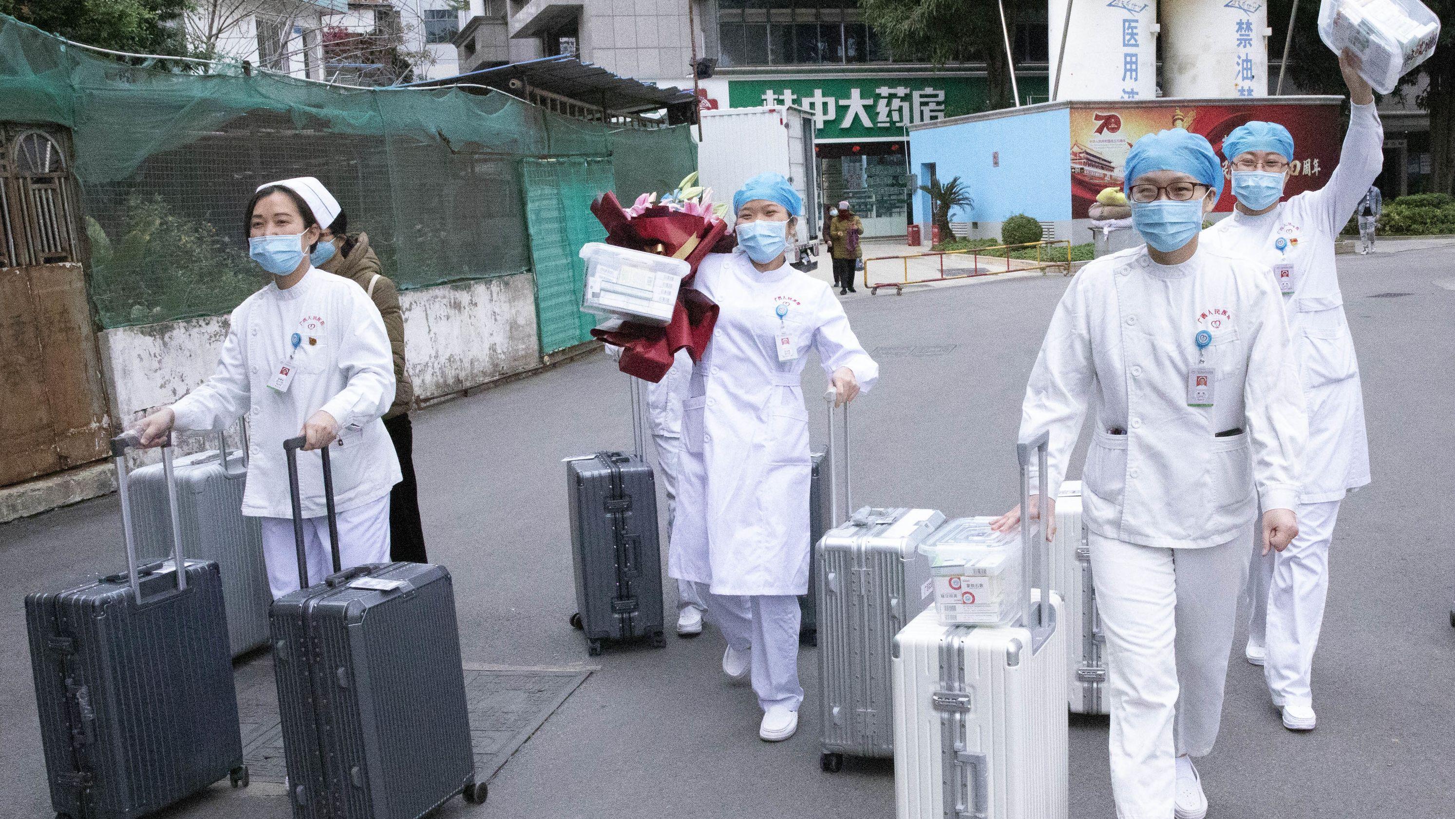 Zur Behandlung der Lungenkranken in Zentralchina sind fast 6000 Ärzte und Pfleger aus ganz China in die betroffene Provinz Hubei entsandt worden.