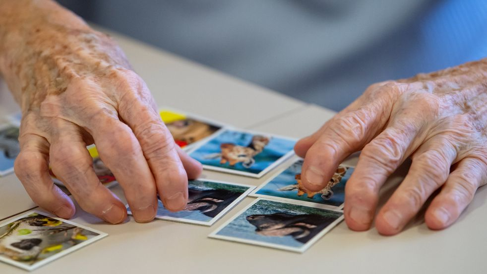 """Eine Bewohnerin eines Altenheims spielt das Spiel """"Memory"""""""