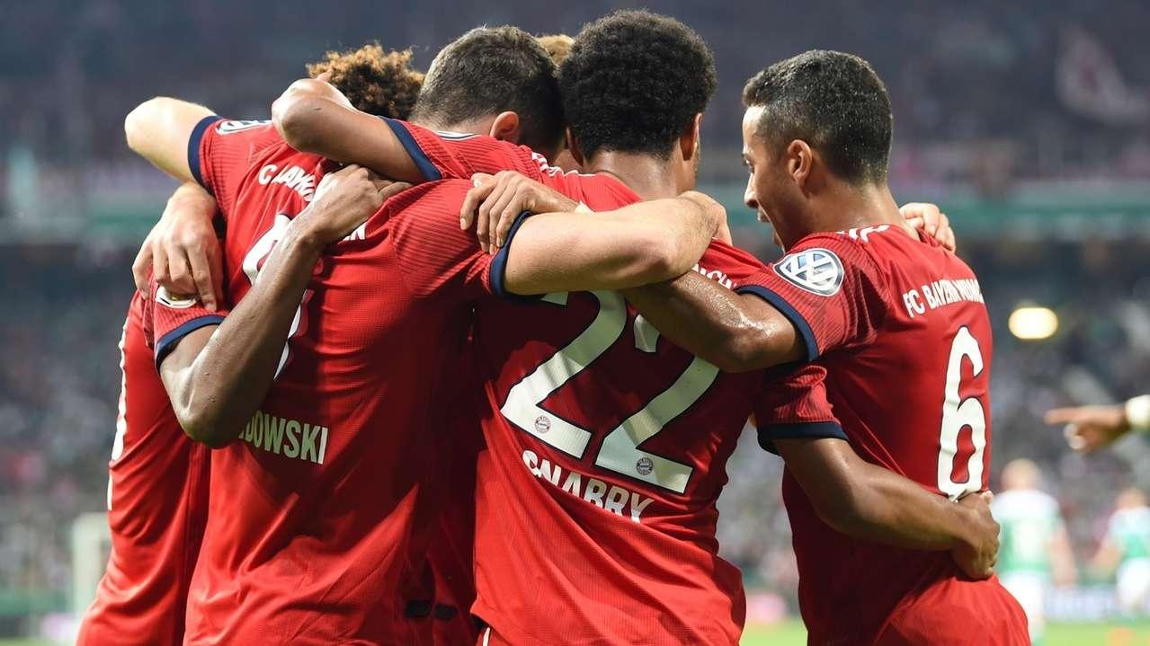 Die Münchner Spieler jubeln über den Sieg im Pokal-Halbfinale in Bremen