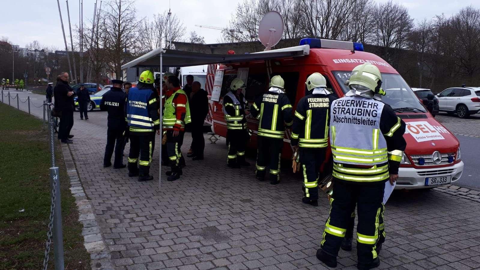 Neben der Feuerwehr sind das BRK und die Polizei in Straubing im Einsatz.
