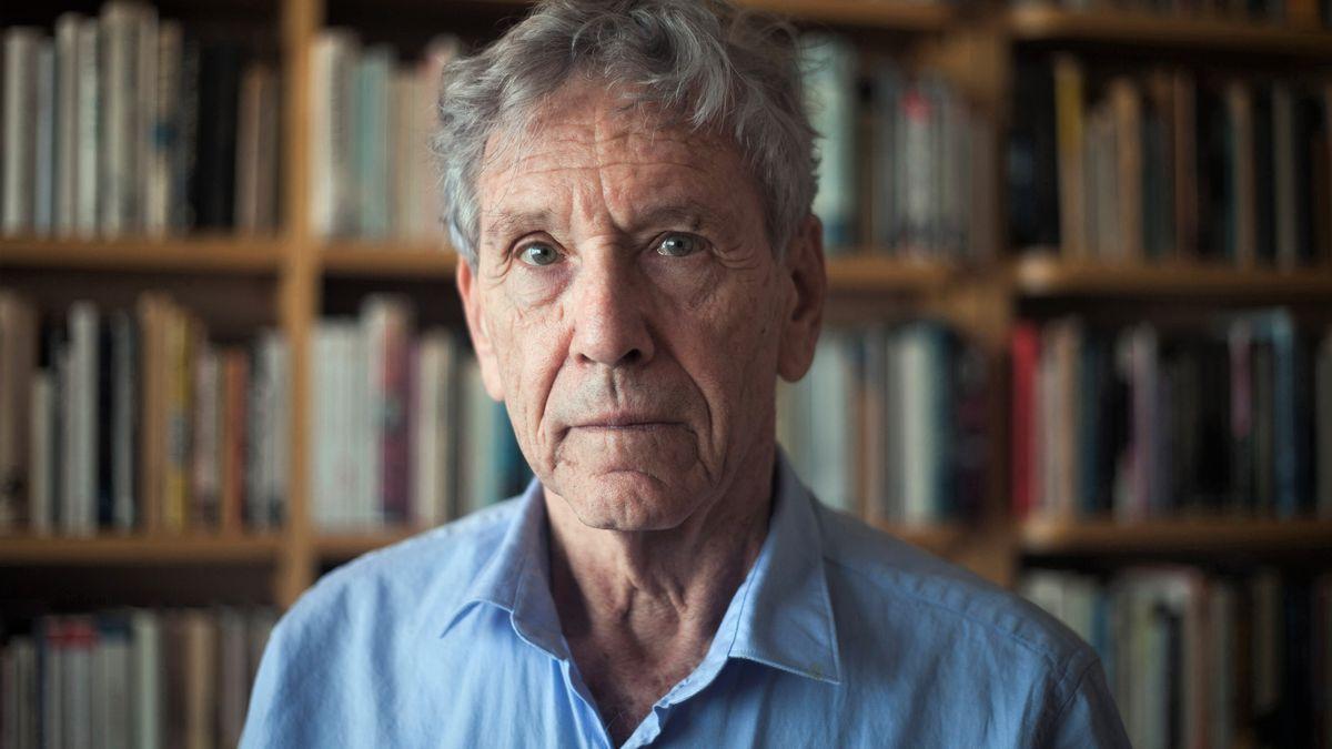 Porträt des Dichters vor einer Bücherwand