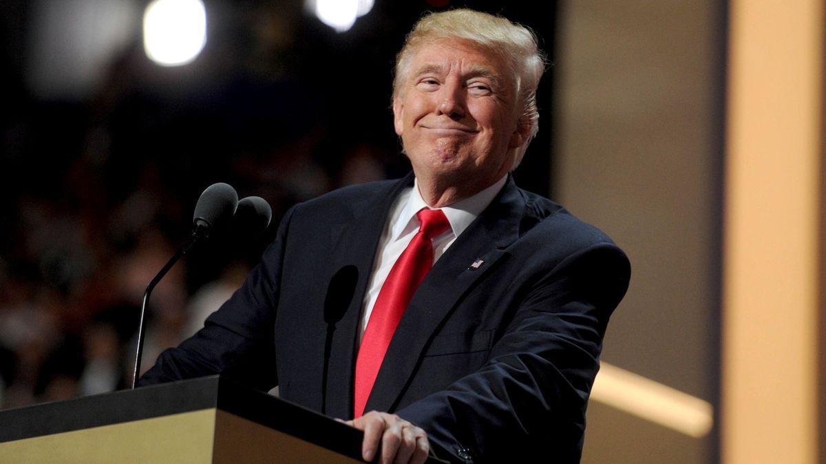 Lächelnder Ex-Präsident am Mikrofon im April 2021