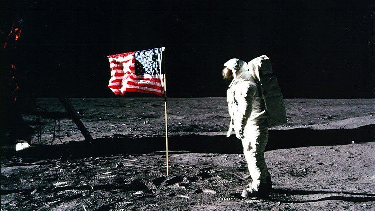Apollo 11-Astronaut Edwin 'Buzz' Aldrin steht am 20. Juli 1969 neben der US-Flagge auf dem Mond.