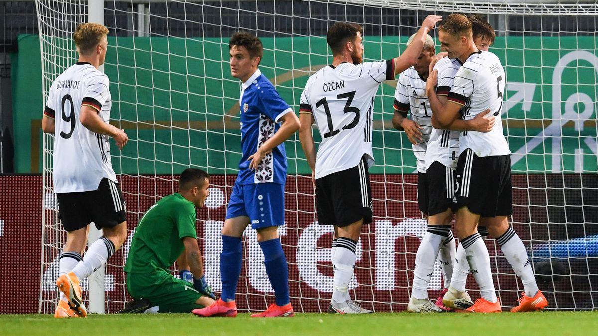 Die deutsche U21-Nationalmannschaft jubelt nach den Sieg gegen die Republik Moldau.