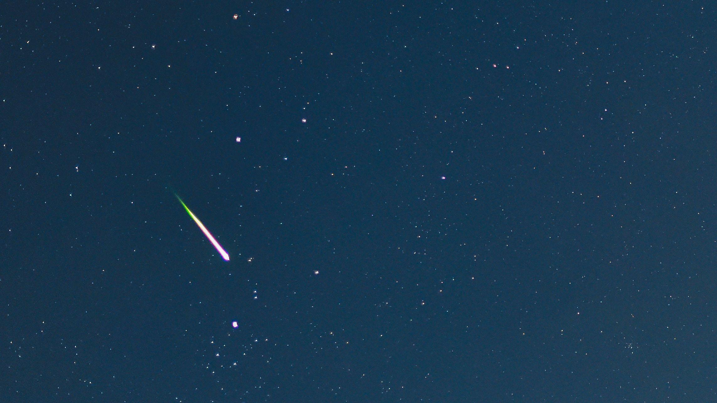 Eine Sternschnuppe leuchtet am Nachthimmel im August 2014 nahe Sieversdorf (Brandenburg).