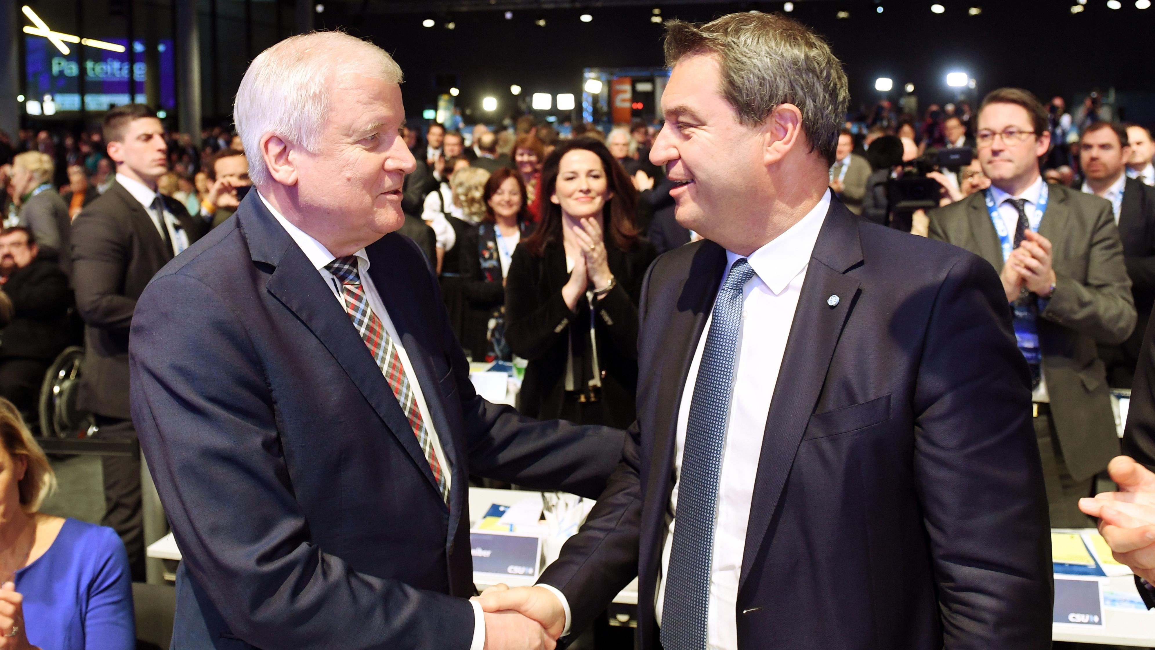 Horst Seehofer gratuliert Markus Söder zur Wahl zum CSU-Parteivorsitzenden