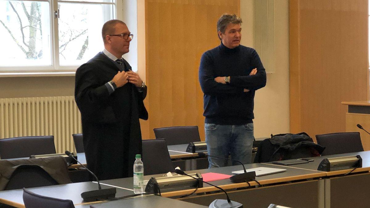 Der frühere Bayern-Ei-Geschäftsführer Stefan Pohlmann (re.) mit seinem Anwalt Sebastian Gaßmann im Gerichtssaal