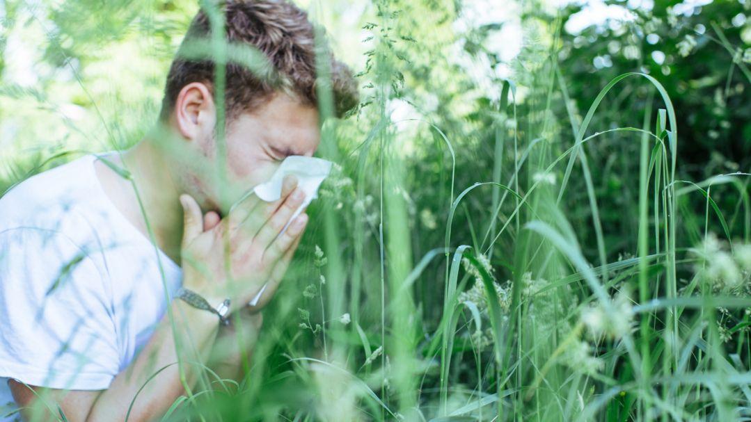 Ein Mann mit einer Pollenallergie
