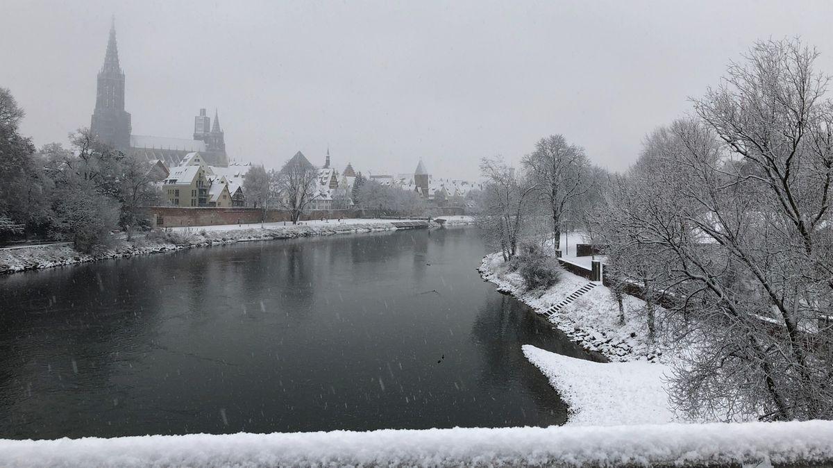 Blick vom Neu-Ulmer Donauufer auf der Ulmer Münster mit erstem Schnee am 01. Dezember 2020.