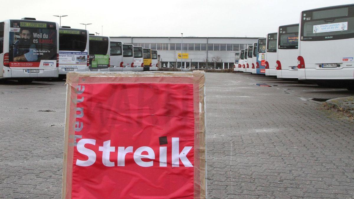 Streikplakat vor einem Busparkplatz