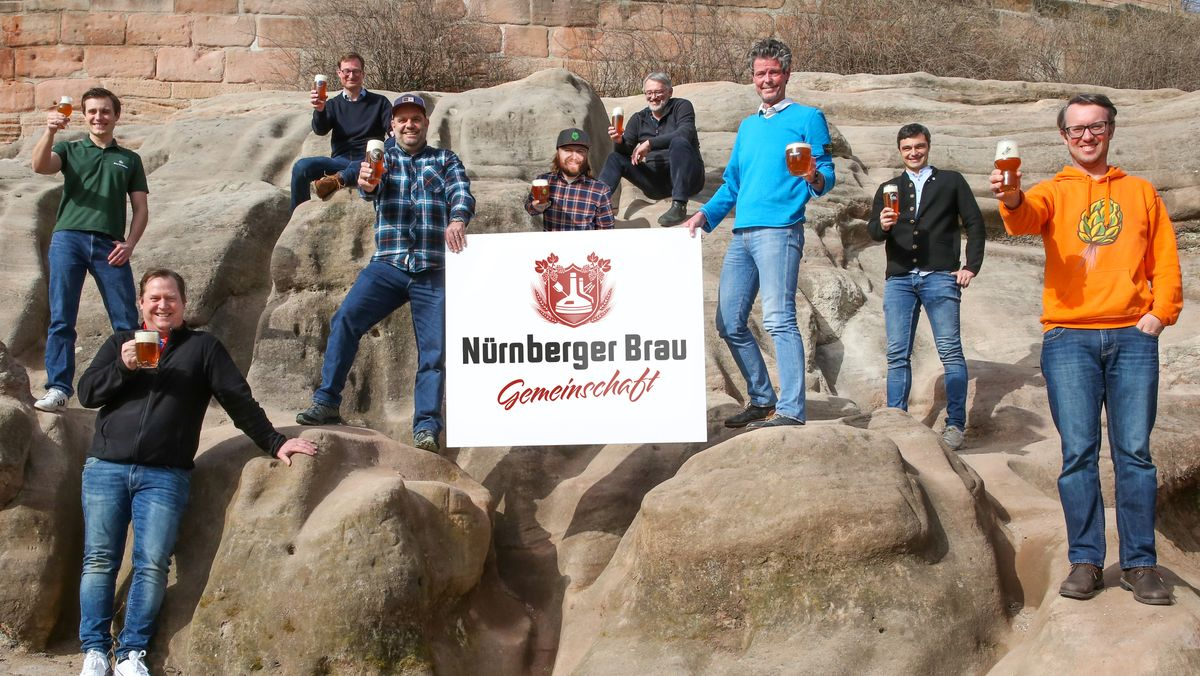 Die Mitglieder der Nürnberger Brau Gemeinschaft mit Bier in der Hand