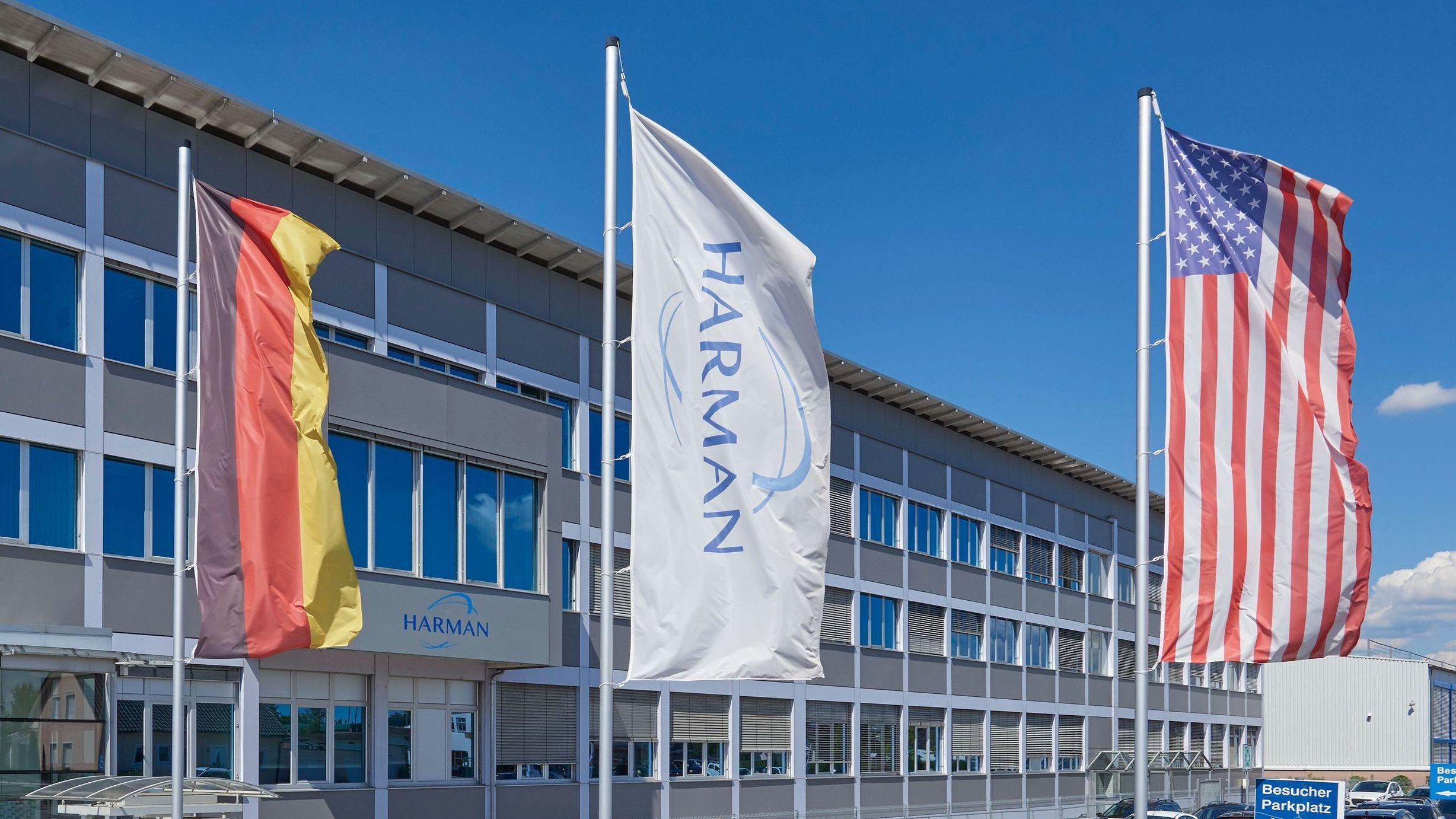 Fahnen vor dem Firmengebäude von Harman in Straubing