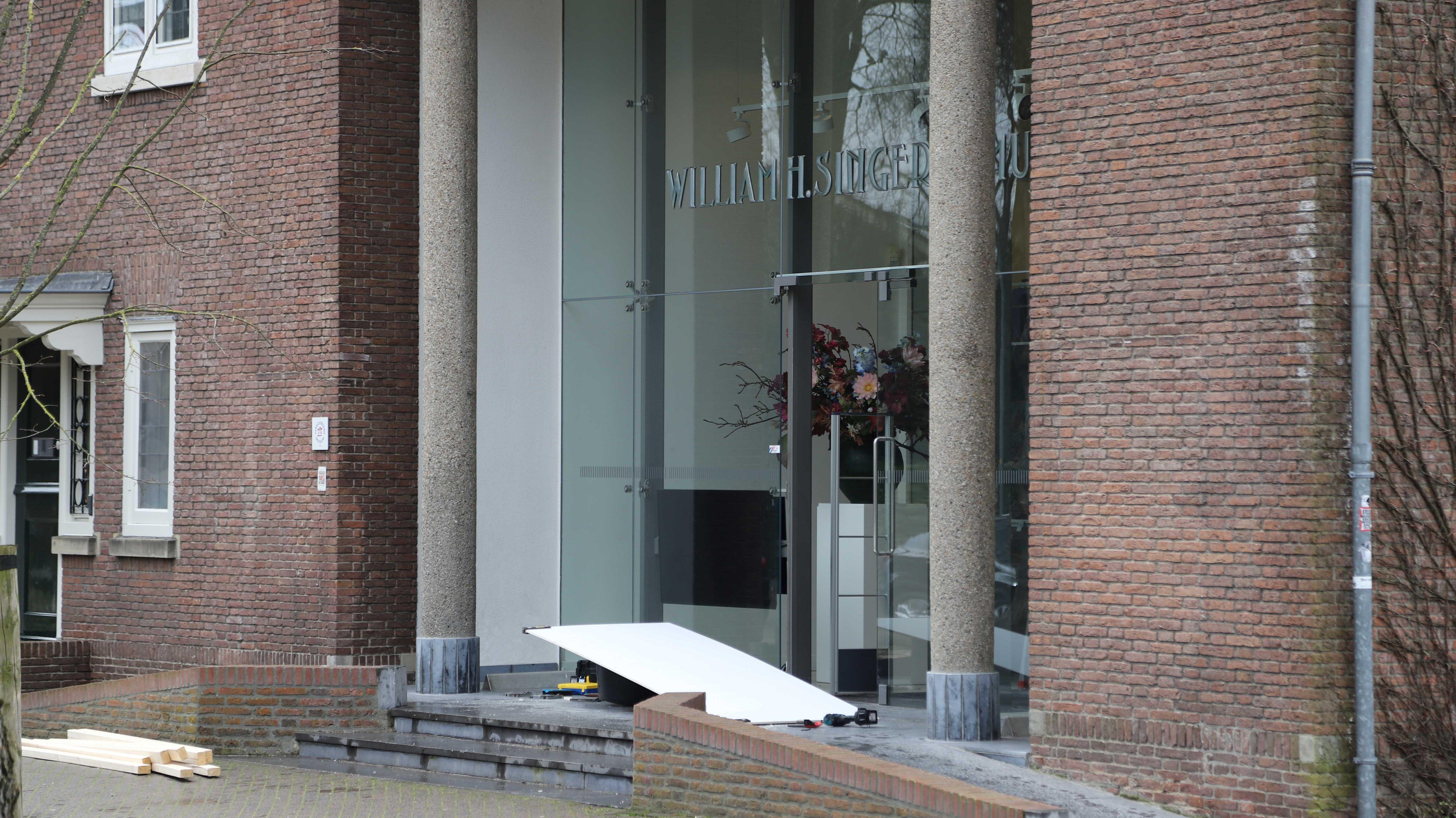 Die Glastüre des Museums muss nach dem Einbruch repariert werden.