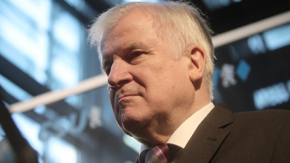 Der Druck auf CSU-Chef Horst Seehofer nach der Wahlpleite wächst | Bild:dpa/Michael Kappeler
