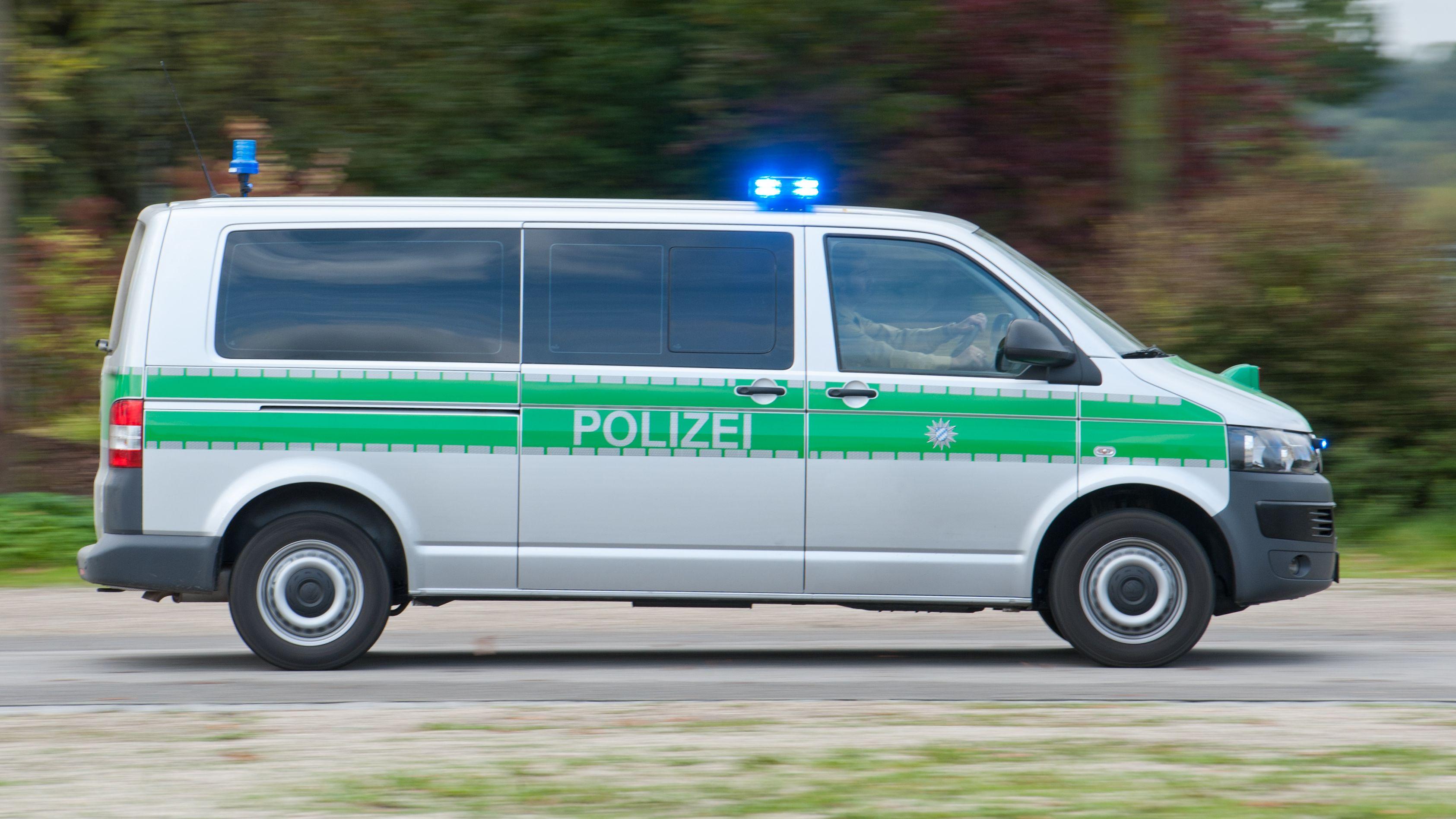 Polizeifahrzeug mit Blaulicht (Symbolbild)