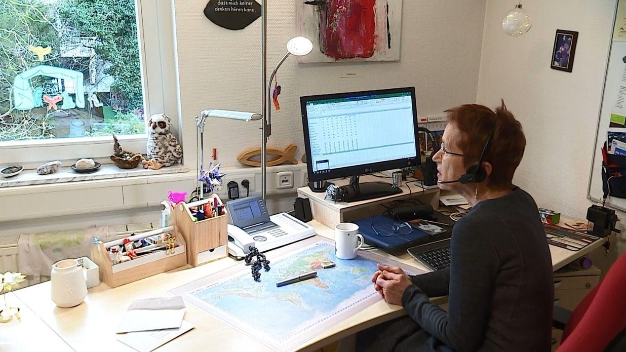 Ein Mitarbeiterin der Telefonseelsorge Würzburg bei der Arbeit.