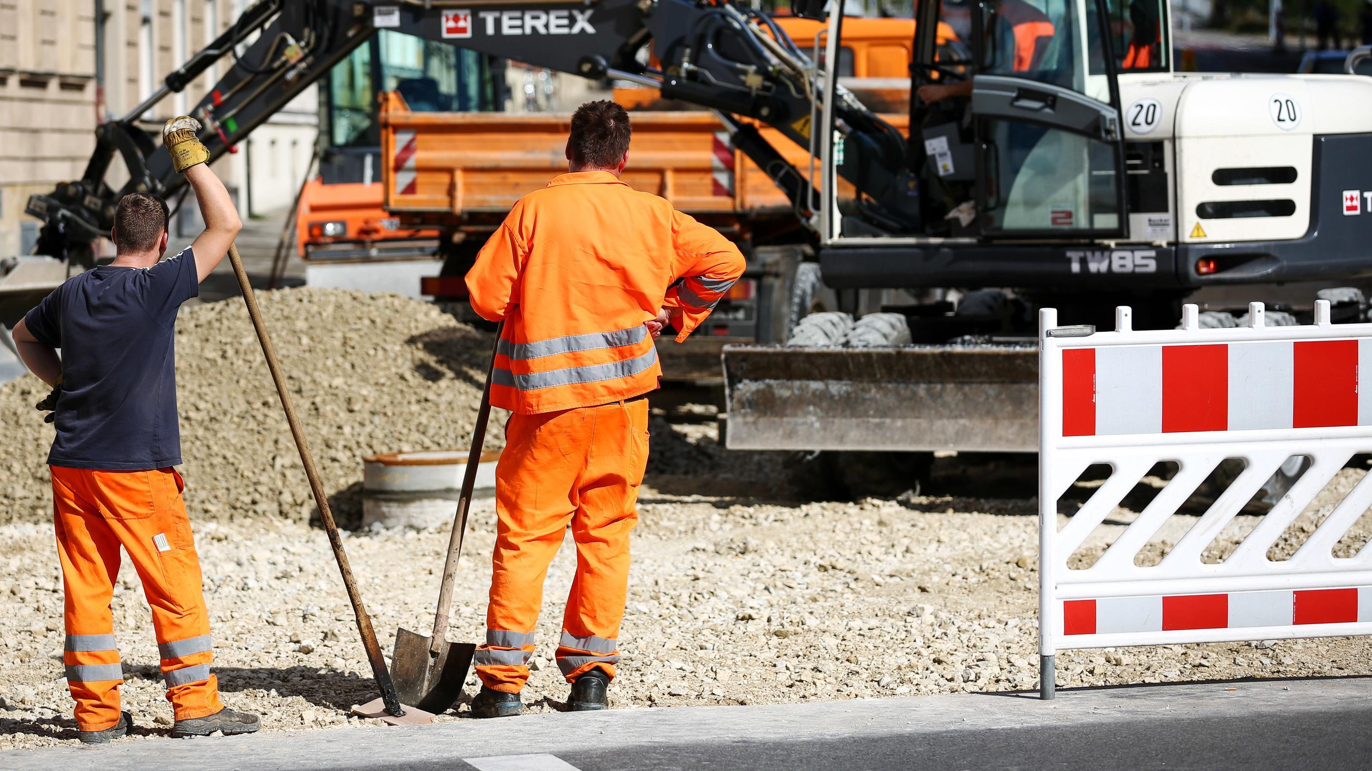 Bauarbeiter beim Straßenbau in Bamberg (Archivbild)