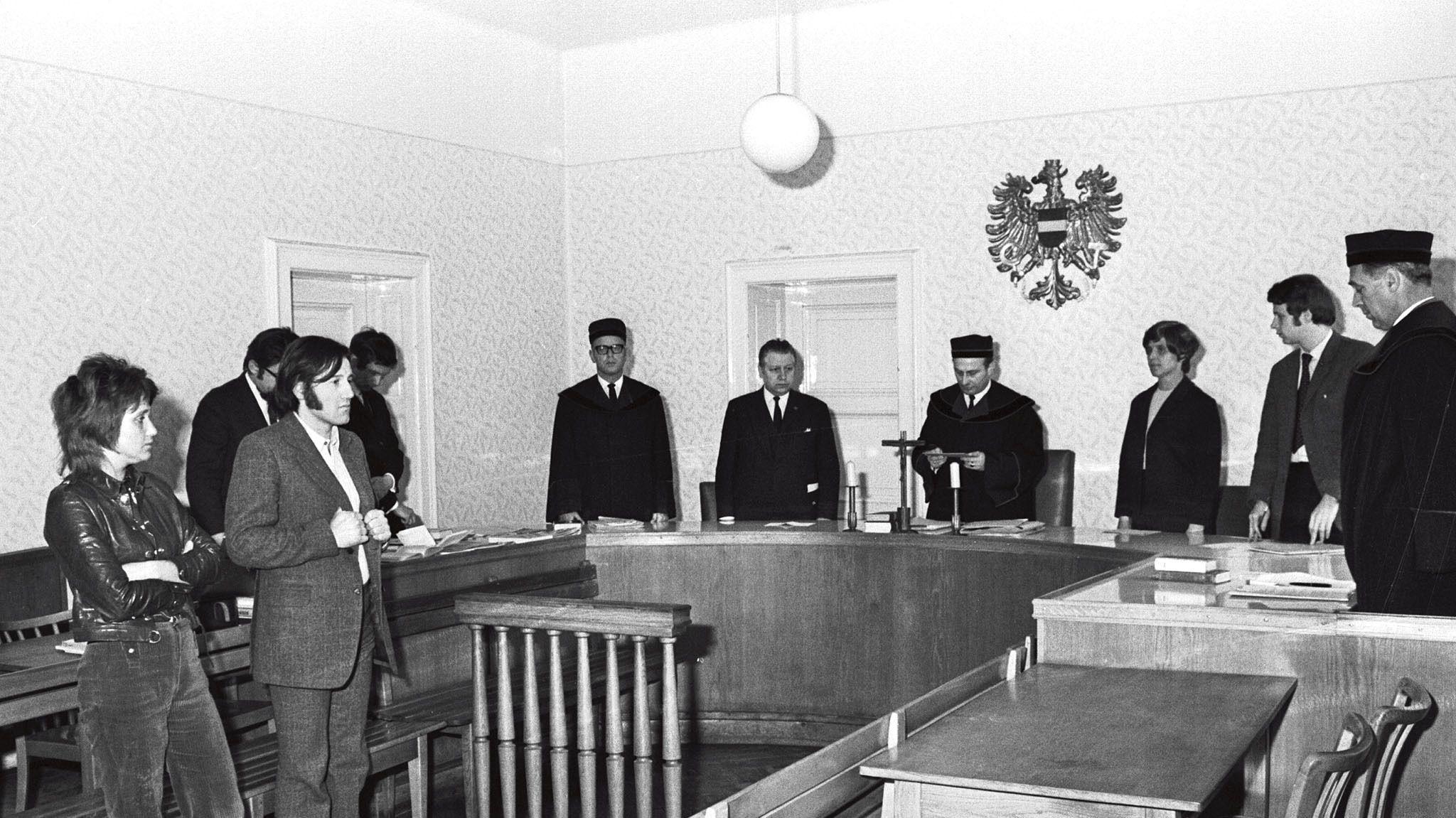 Foto von Valie Export und Peter Weibel im Gerichtssaal