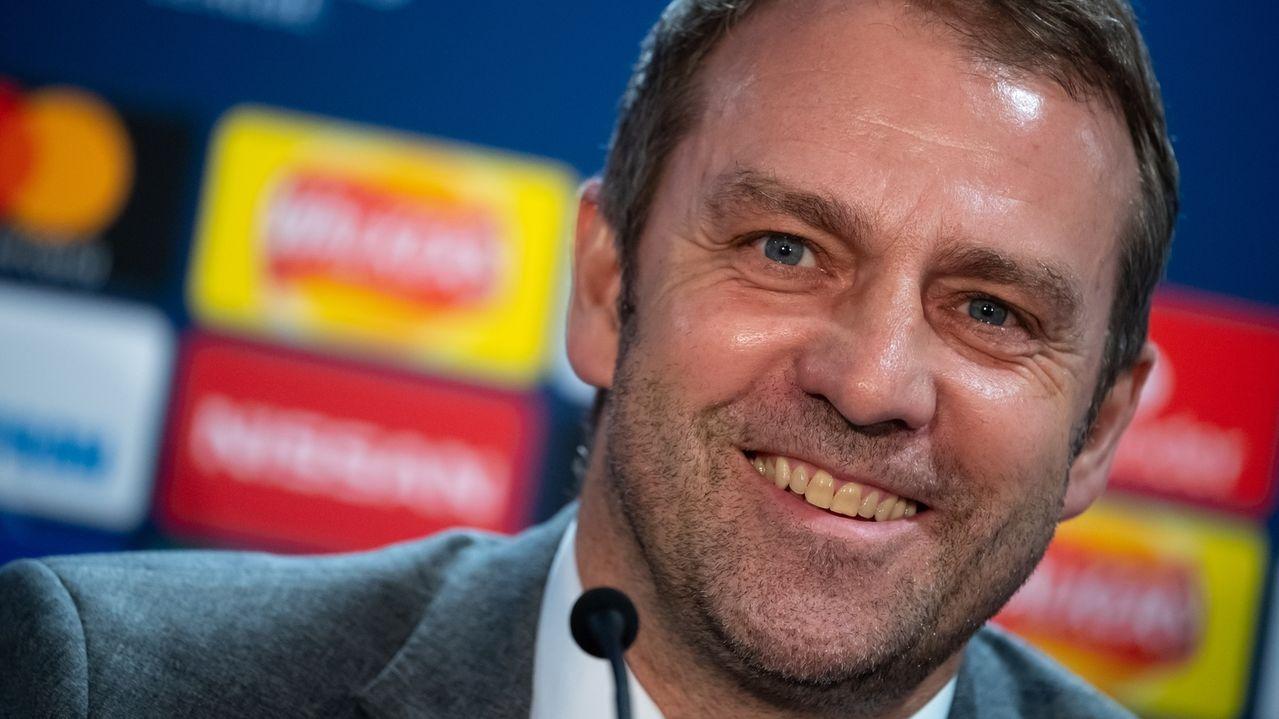 Trainer Hansi Flick strahlt nach dem 3:0-Sieg bei Chelsea.