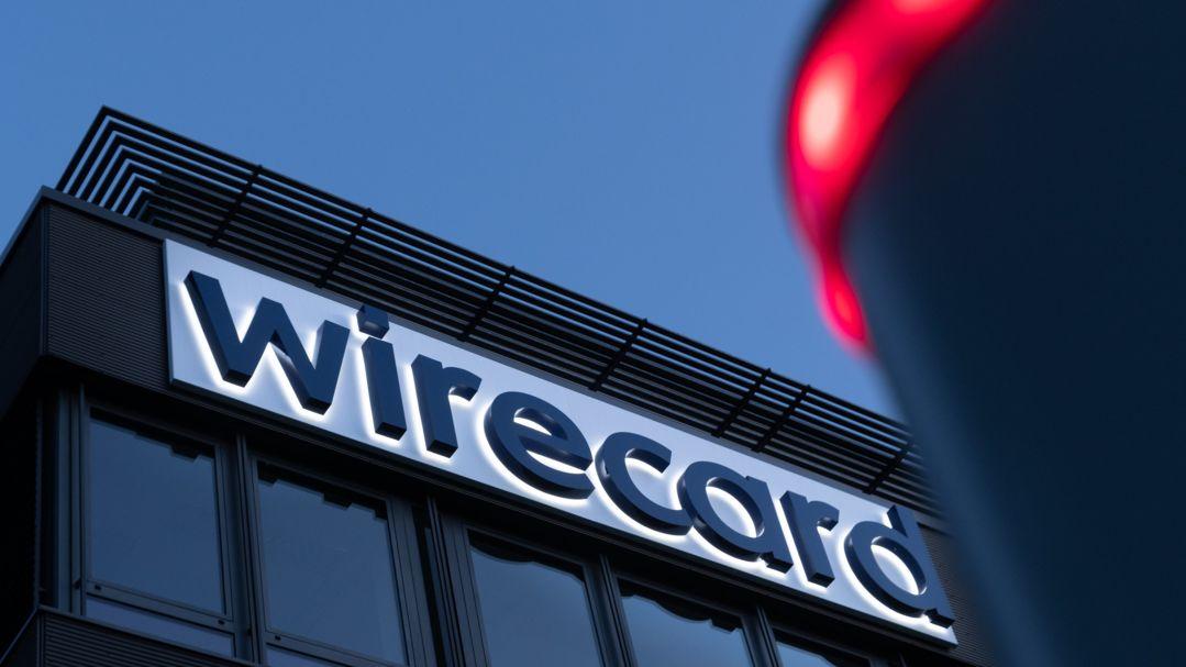 Die Fassade der Ascheimer Konzernzentrale von Wirecard bei beginnender Abenddämmerung