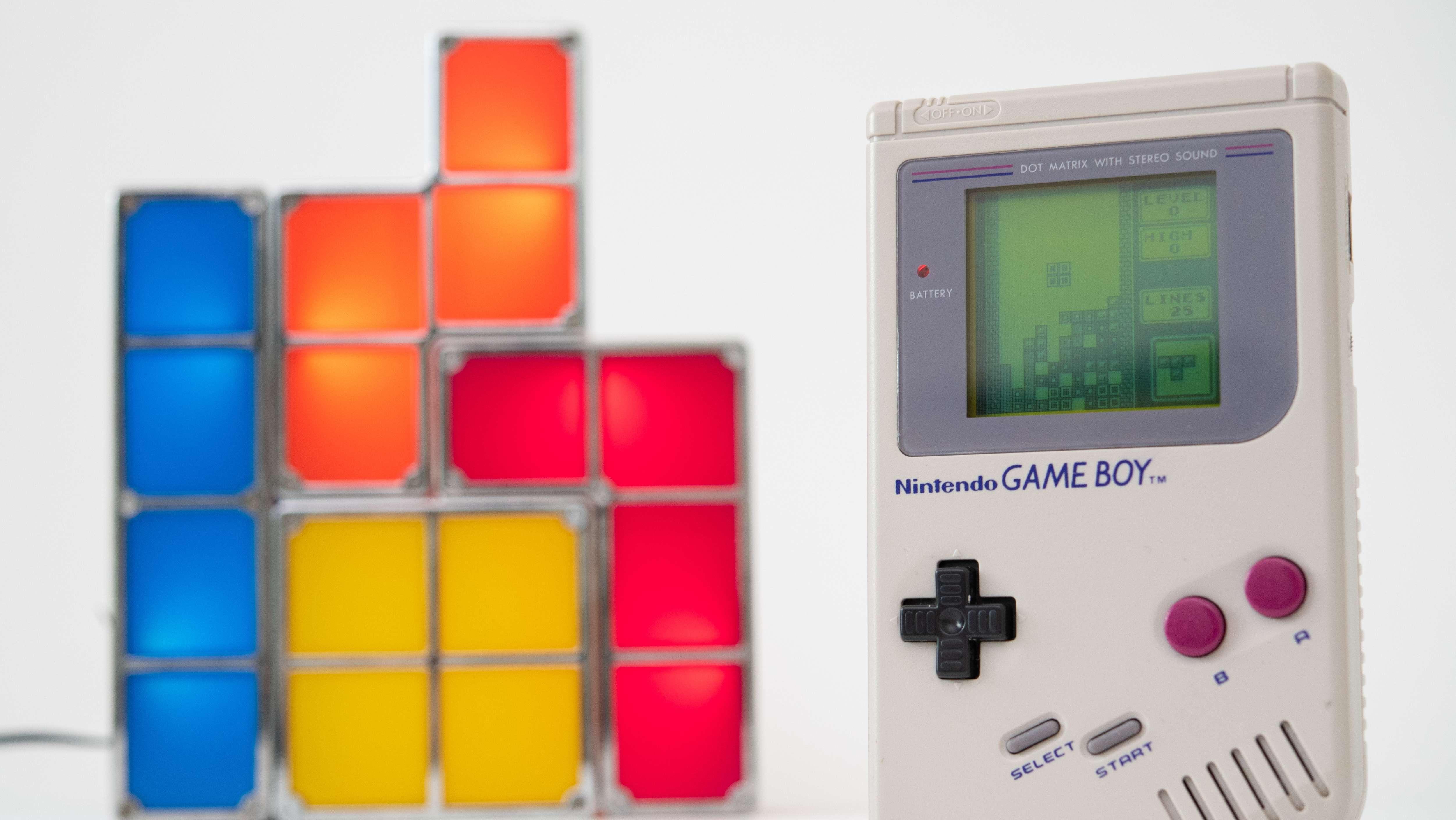 """Game Boy neben einer """"Tetris""""-Lampe"""