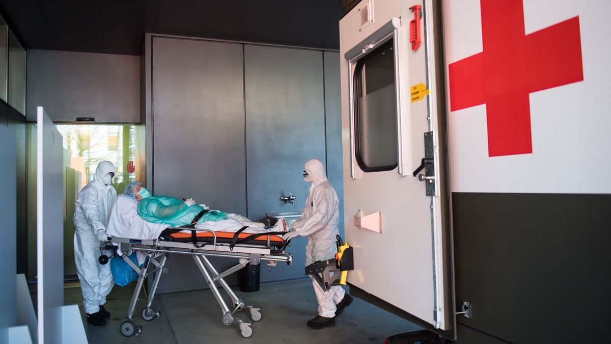 Sanitäter bringen eine Corona-Patientin in die Notaufnahme eines Krankenhauses.