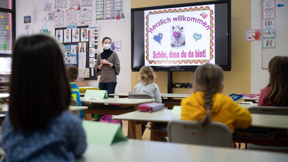 Eine Lehrerin mit FFP2-Maske im Unterricht.