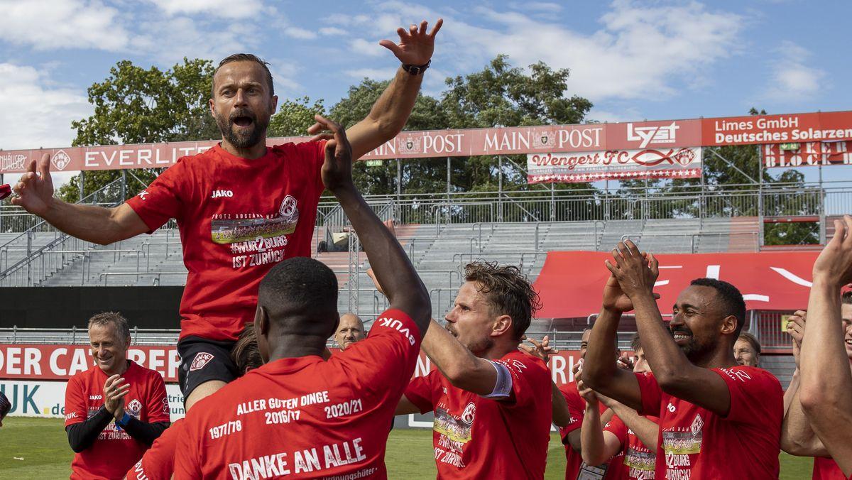 Würzburgs Trainer Michael Schiele wird nach dem Aufstieg von seinen Spielern gefeiert