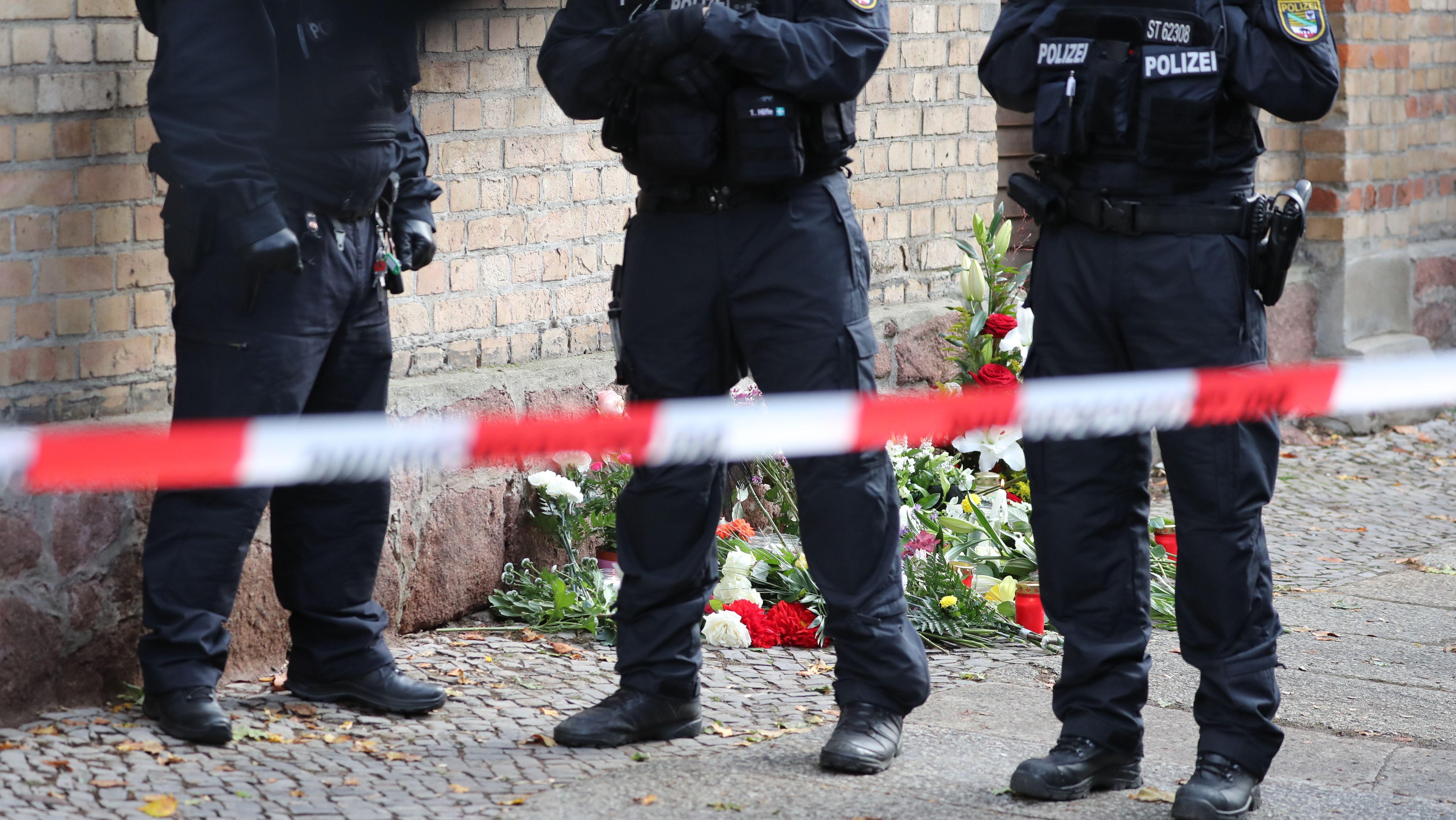 10.10.2019, Sachsen-Anhalt, Halle: Polizisten sichern den Bereich vor der Synagoge.