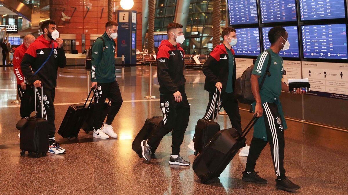 Die Spieler vom FC Bayern München am Flughafen in Katar.