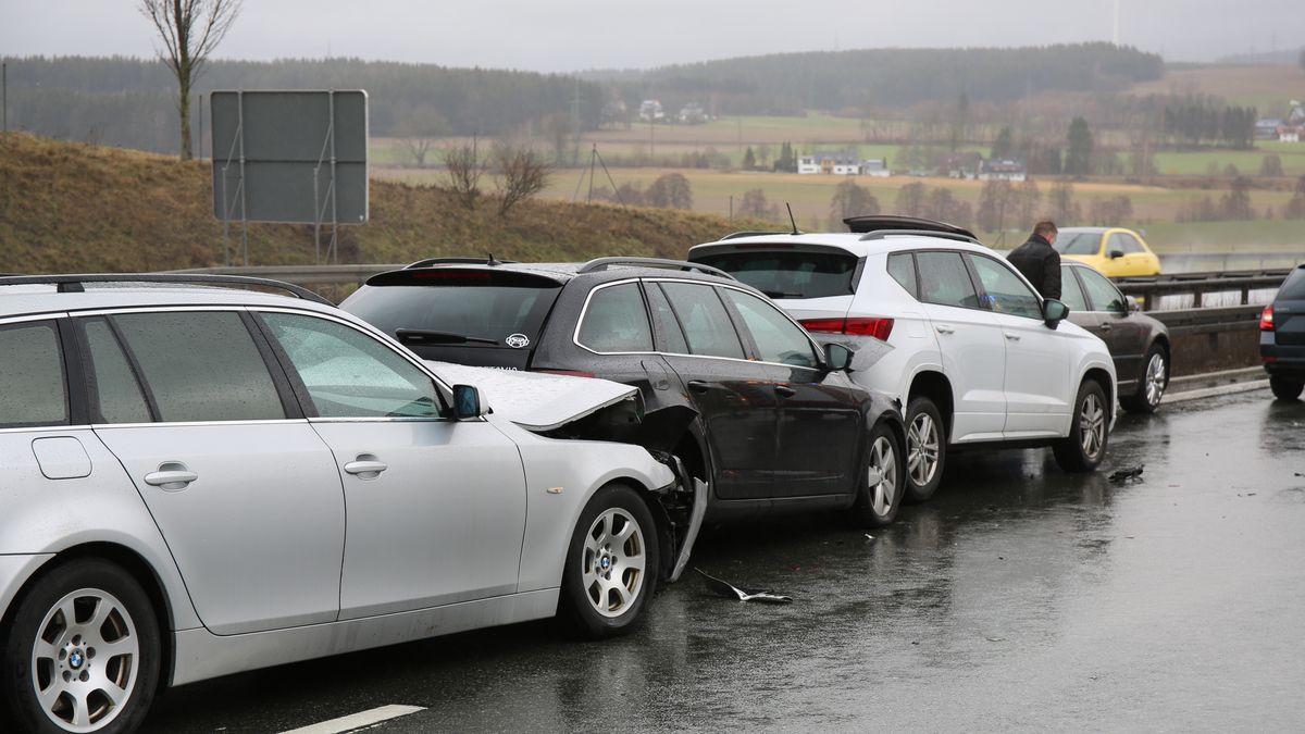 Mehrere Autos sind in einen Auffahrunfall verwickelt.