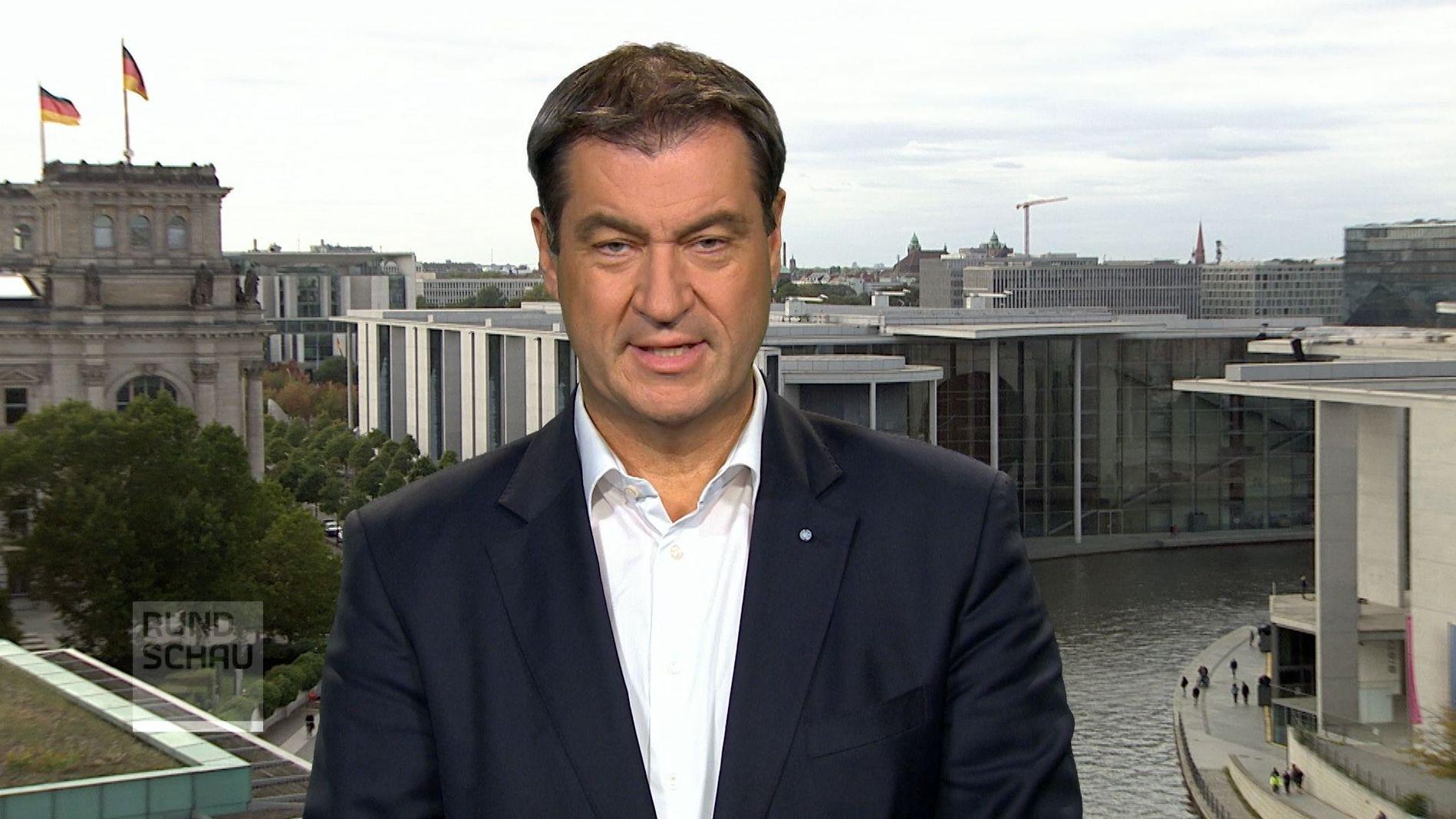 Ministerpräsident Markus Söder aus Berlin, im Hintergrund Bundestag und Spree
