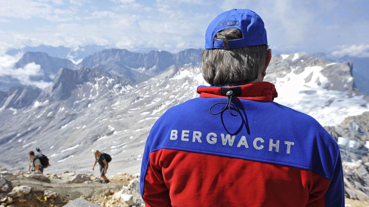 Ein Mitglied der Bergwacht beobachtet Bergsteiger auf ihrem Weg zur Zugspitze. (Symbolbild).