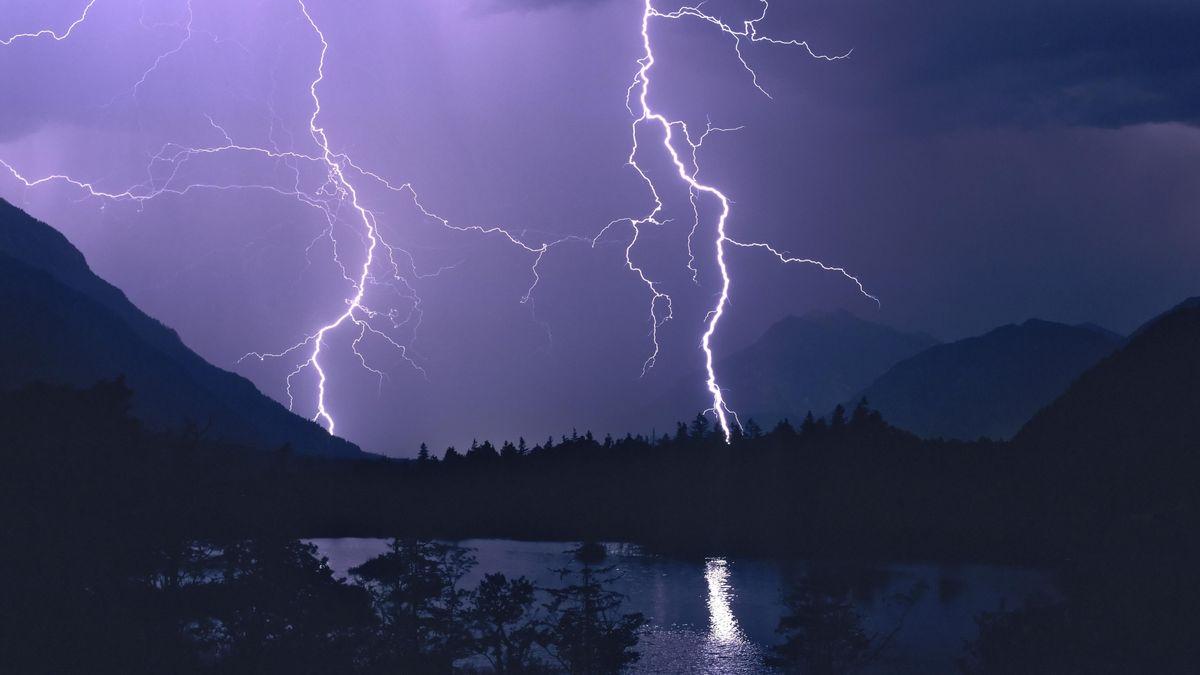 Blitzeinschlag und Natur.