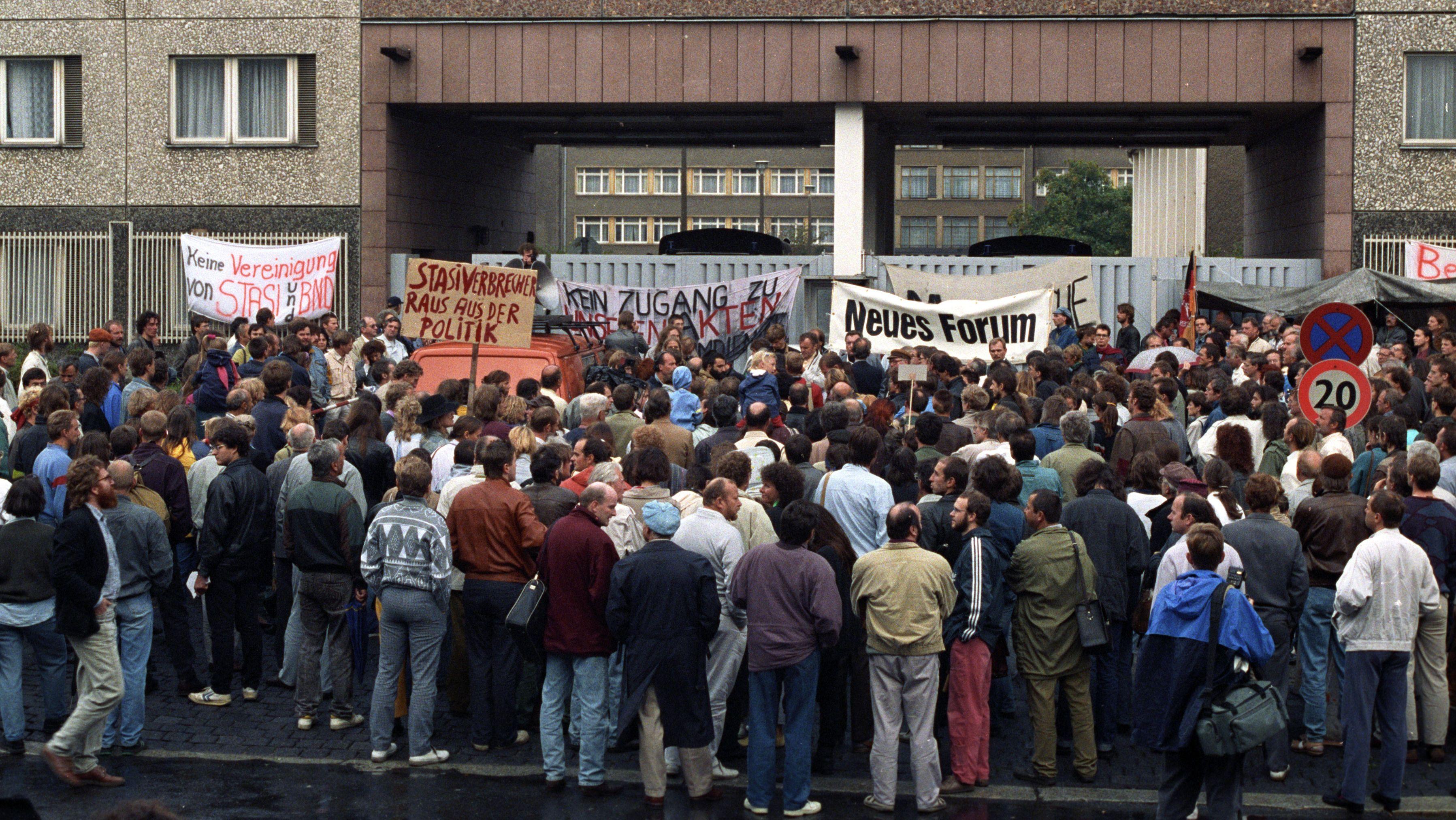 Bis zu 100.000 Demonstranten belagern das Stasi-Hauptquartier in Berlin