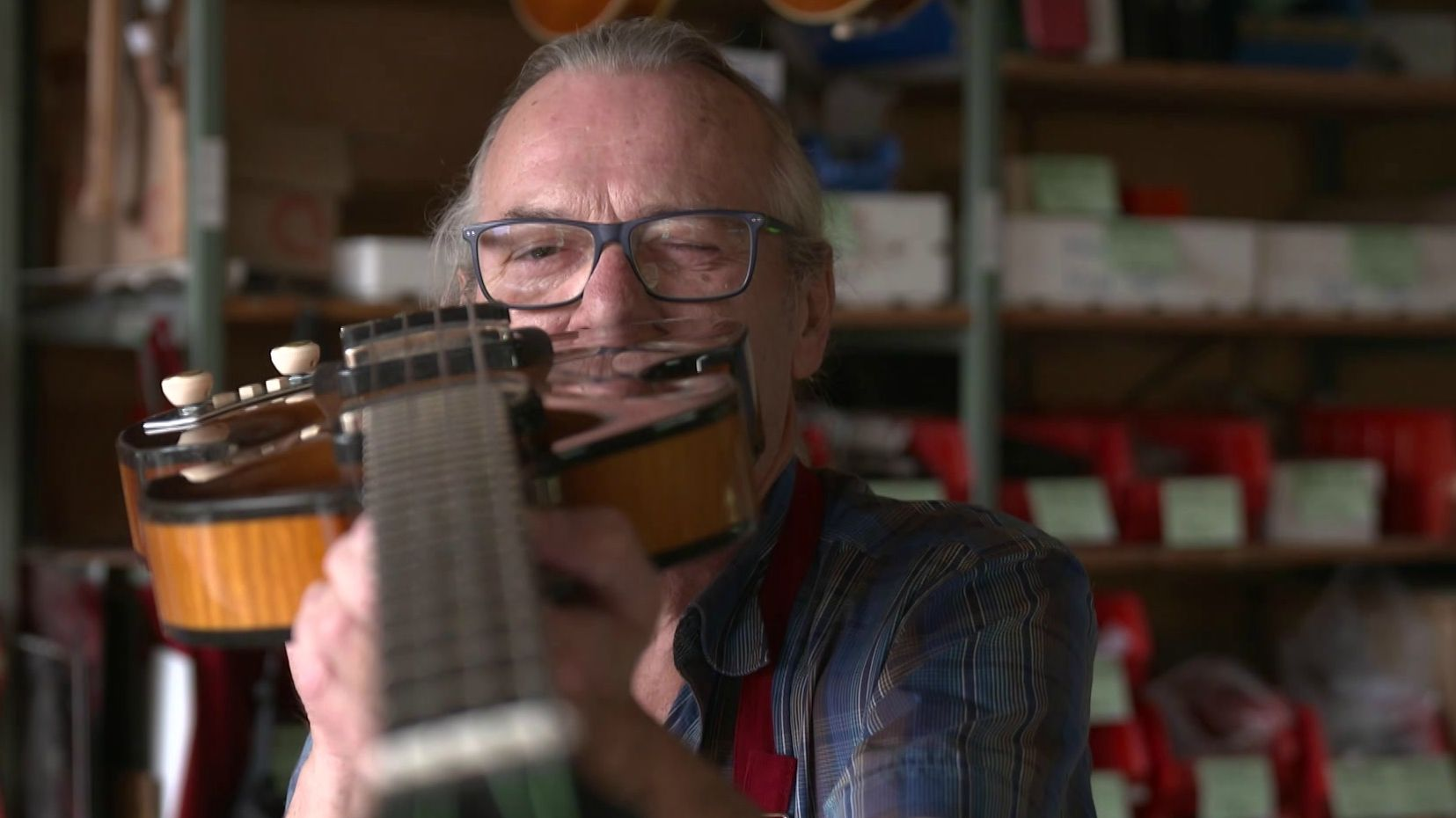 Instrumentenbauer Hubert Kaa prüft einen Violin-Bass.