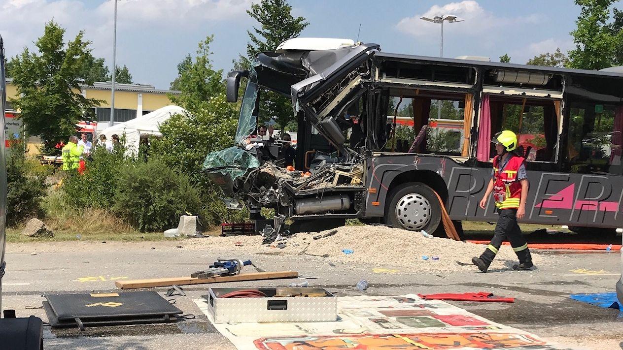 Verunglückter Bus in Neuötting