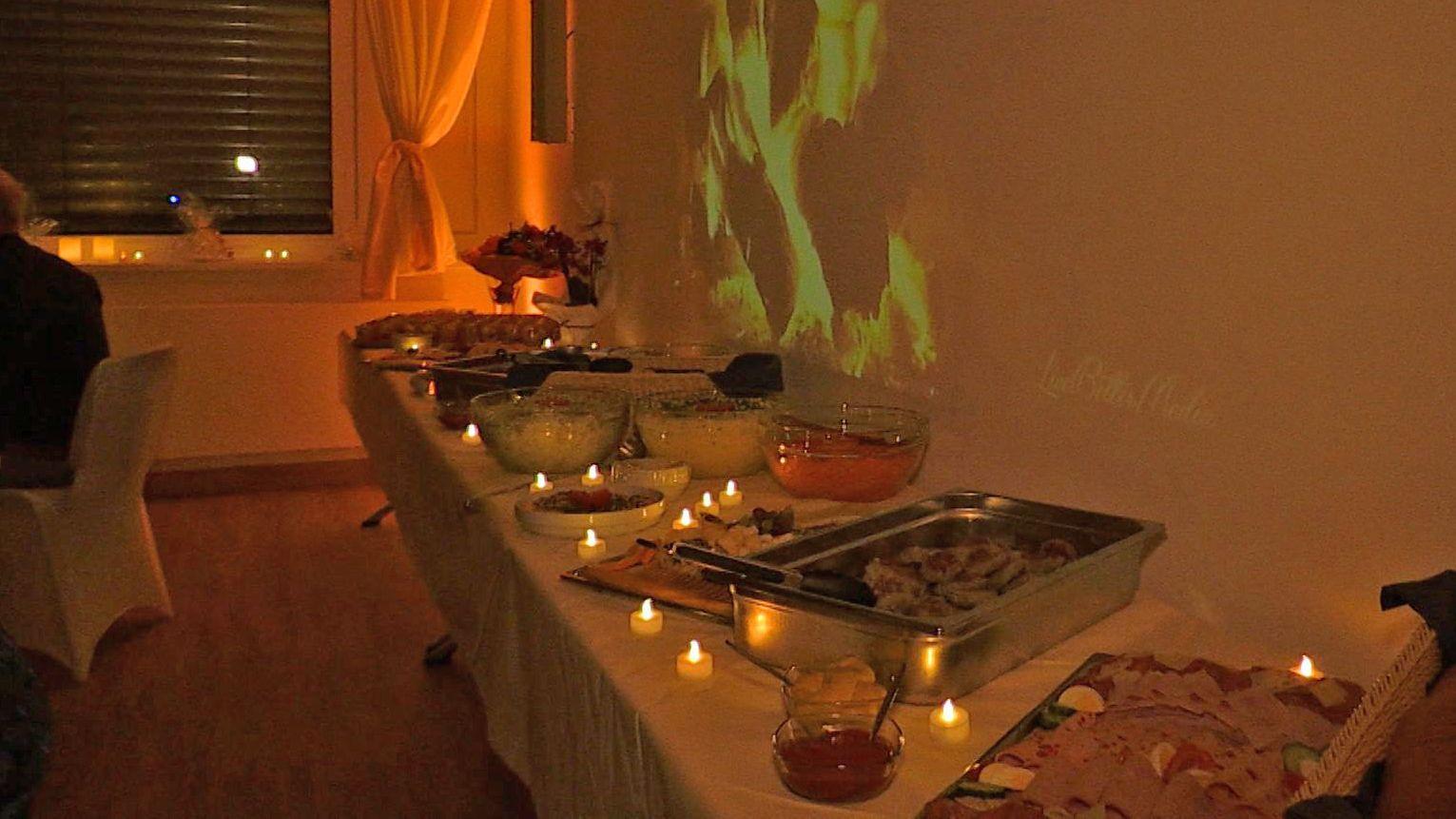 Speisenbuffet mit Teelichtern für die Bewerber um Pflegestellen
