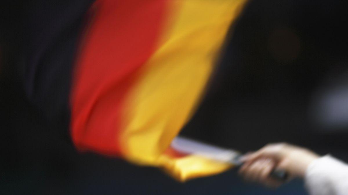 Eine Hand schwenkt eine Deutschlandfahne