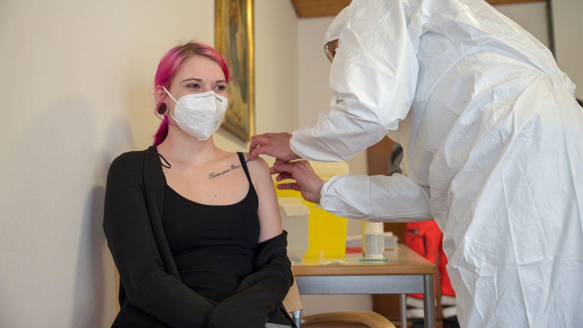 Mitarbeiterin einer Pflegeinrichtung (Haus Maria von Karmel) in Regensburg, Melissa Eppel, wird geimpft.