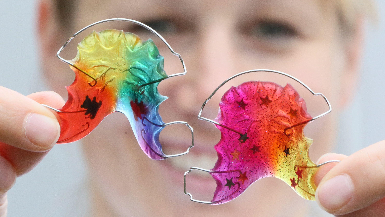 Zahnspangen in Regenbogenfarben werden an der Charité, Campus Benjamin Franklin für Zahn- Mund- und Kieferheilkunde, gezeigt.